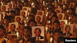 Դպրոցականները մոմավառություն են անցկացնում Նելսոն Մանդելային նվիրված աղոթքի միջոցառմանը, 6-ը դեկտեմբերի, 2013
