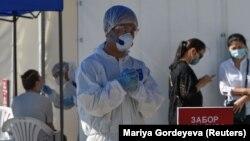 Медики в средствах защиты работают в центре тестирования на COVID-19 в Алматы, Казахстан, 8 июля 2020 года.