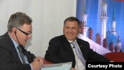 Euromoney Conferences мөхәррире Марк Джонсон һәм Татарстан премьер-министры Рөстәм Миңнеханов