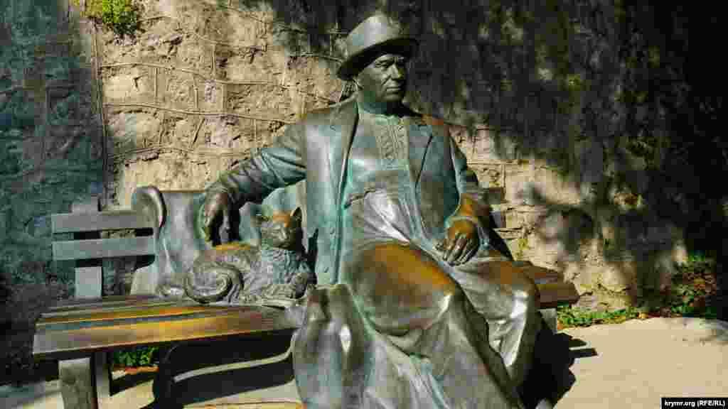 У «Айвазовському» більше двох десятків скульптур давньогрецьких богів, а також історичних постатей. Ось радянський лідер Микита Хрущов, якого адміністрація санаторію воліє називати «середньостатистичним пенсіонером, який прибув на відпочинок у профспілковий санаторій»