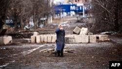 Пожилая женщина везет тележку с дровами недалеко от аэропорта Донецка. 3 ноября 2014 года.