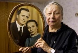 Жительница Белоруссии Алла Канатуш с фотографией своего мужа, арестованного в 1949 году и приговоренного к 25 годам в лагере строгого режима