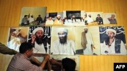 Fotograful Mazhar Khan afișînd fotografii ale lui Osama bin Laden făcute în Afghanistan, înaintea unei conferințe de presă la Islamabad