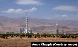 Монумент Конституции (слева) и башня Turkmenistan Tower (справа). 185-метровый монумент - самое высокое строение в стране.