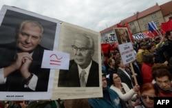 Нелестная историческая репутация Густава Гусака: участники антипрезидентской демонстрации в Праге сравнивают нынешнего президента Чехии Милоша Земана с Гусаком