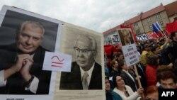Противники Милоша Земана (портрет слева) сравнивают его с коммунистическим президентом Густавом Гусаком (портрет справа)