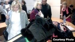 Ольгу Козько виносять на ношах, фото надане активісткою «Опори» Мариною Макухою