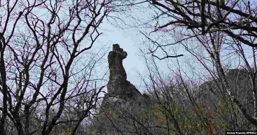 Скеля Монах на краю балки
