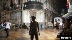 Үнді полицейі террорлық шабуыл болған базар жанын күзетіп тұр. Мумбаи, 13 шілде 2011 ж. (Көрнекі сурет) 13Jul2011