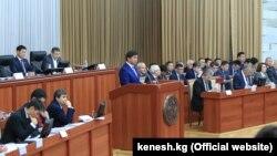 Премьер-министр Мухаммедкалый Абылгазиев на заседании комитета парламента по бюджету и финансам. 12 ноября 2018 года. Поделиться