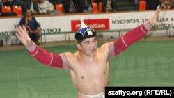 Сумодан жасөспірімдер арасындағы әлем чемпионы, моңғолия қазағы Серік Бердімұратұлы. (Garid.hiimori.mn сайтынан алынған скриншот).