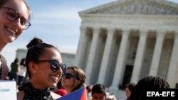 Американцы у здания Верховного суда США в Вашингтоне