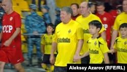Бывший аким Алматы Ахметжан Есимов в футболке команды «Кайрат». 26 сентября 2012 года.