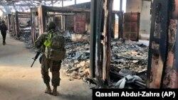 Ushtarët amerikanë inspektojnë zonën që u bombardua nga Irani (Foto arkiv)