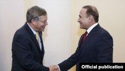 Премьер-министр Армении Овик Абрамян (справа) и посол США в Армении Джон Хефферн. Фотография – пресс-служба правительства Армении