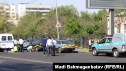 Полицейлер атыс болған жерде жүр. Алматы, 26 қыркүйек 2013 жыл. (Көрнекі сурет)