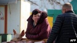 Женщина торгует свининой на уличном рынке в Севастополе, 10 марта 2014 года