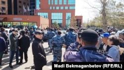 Задержания на месте акции с требованием освобождения политических заключенных и недопущения пыток. Астана, 10 мая 2018 года.
