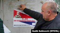 Lijepljenje plakata u Srebrenici