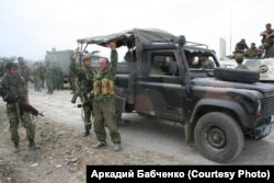 Бійці чеченського батальйону «Восток» і покинутий грузинською армією «Лендровер»