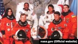 Екіпаж шаттлу «Колумбія» (STS-87, 1997 рік): Леонід Каденюк, Кевін Крегель, Стівен Ліндсі, Уїнстон Скотт, Калпана Чавла, Такао Дої (фото з сайту NASA)