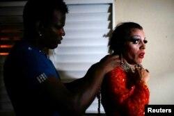Актер-трансвестит Майя Квин готовится к выступлению в Матансасе