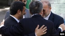 Eýranyň prezidenti Mahmud Ahmedinejad, daşary işler ministri Manuçehr Mottaki we onuň braziliýaly kärdeşi Selso Amorim Tähranda prezidentiň edarasynda, 16-njy maý, 2010-njy ýyl.