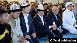 Президент Сооронбай Жээнбеков Бишкектеги мечиттердин биринде айт намазын окуган учур. 2019-жыл.