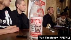 Олег Шеин (справа) на пресс-конференции в Москве