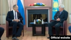 Министр иностранных дел России Сергей Лавров (слева) и министр иностранных дел Казахстана Ерлан Идрисов во время встречи в Усть-Каменогорске. 6 августа 2014 года.