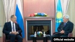 Министр иностранных дел России Сергей Лавров и министр иностранных дел Казахстана Ерлан Идрисов (справа) во время встречи в Усть-Каменогорске. 6 августа 2014 года.