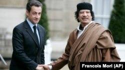 Саркозӣ ҳангоми истиқболи Муаммар Қаззофӣ. 10-уми декабри соли 2007