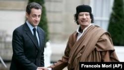 Николя Саркози (слева) обвиняют в получении денег на выборы от ливийского диктатора Муаммара Каддафи