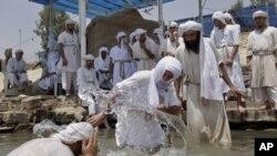 صابئة عراقيون اثناء احياء طقوسهم الدينية