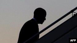 Барак Обама поднимается на борт президентского самолета в аэропорту Пулково