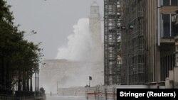 هر دو طوفان هاروی و ایرما، دسته چهار محسوب میشوند و با سرعتی حدود ۱۶۰ تا ۲۰۰ کیلومتر بر ساعت، خسارات عظیمی به آمریکا وارد کردهاند.