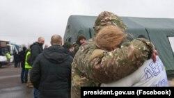 За попередніми даними, вже звільнили 25 заручників і військовополонених