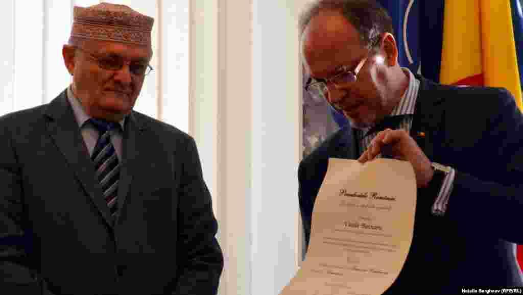Ordinele au fost înmânate de ambasadorul României la Chișinău Daniel Ionita.