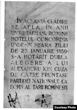 Inscripția memorială de pe clădirea fostului Hotel Concordia, monument astăzi lăsat în ruină la București