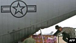 دو هواپيمای ديگر آمريکايی روز سه شنبه کمک های بيشتری را به ميانمار منتقل می کنند. (عکس:AFP)