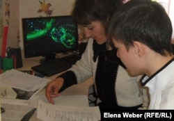 Наставник с воспитанником дома юношества сверяют отчет по бюджетным расходам на нужды воспитанника. Темиртау, 2 марта 2012 года.
