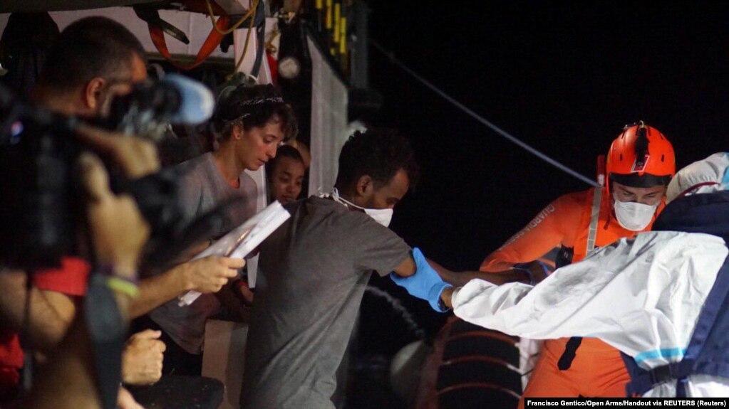 مأموران ایتالیایی با رهگیری چهار قایق، بیش از ۵۰۰ مهاجر را به جزیره لامپدوسا رساندند