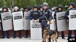 Сотрудники полиции и служебная собака на месте проведения протестов в Нур-Султане в день досрочных президентских выборов. 9 июня 2019 года.