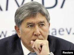 Алмазбек Атамбаев на пресс-конференции, где заявил о своей победе. Бишкек, 1 ноября 2011 года.