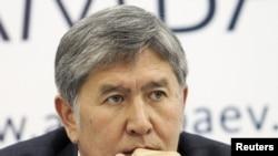Бывший премьер-министр Кыргызстана Алмазбек Атамбаев, заявивший о победе на президентских выборах. Бишкек, 1 ноября 2011 года.