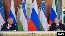 Владимир Путин (п) и Ислам Каримов (л) на пресс-конференции в Москве, 26 апреля 2016 года