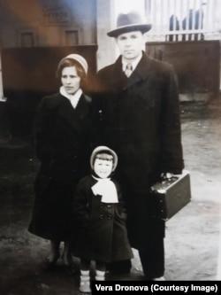Семья Никифора Дронова. Магадан, 1959 год. Около городского парка культуры и отдыха