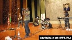 """4-nji iýulda """"Şamar Allen we Anderdougz"""" Türkmenistanyň Medeni merkeziniň Mukamlar köşgünde açyk konsert bilen çykyş etdi."""