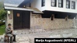 Abdulah Maglić je svojevremeno bio oficir za vezu između Travnika i nobelovca, na fotografiji ispred Andrićeve rodne kuće
