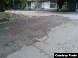 Фото автора: засипана зрізаним асфальтом з головної дороги Донецьк – Луганськ яма на перехресті з нею